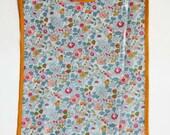 Reserved for Alayna Wong Grand bavoir imprimé Liberty Betsy porcelaine en coton enduit, biais moutarde, bébé fille, enfant fillette