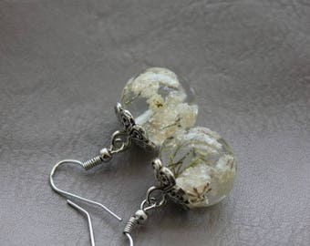 Pierced ears round 1.8 cm resin inclusion of dried baby's breath white flowers