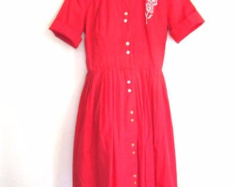 M 50s Shirt Dress Day Casual Red Cotton Sleeveless Button Down Floral Appliqué Pleated Full VLV Medium
