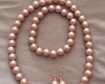 Elegant faux pearl jewellery set.