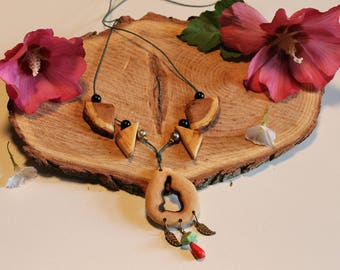 Necklace carved ethnic hand Polish, organic beeswax, natural howlite and metal beads