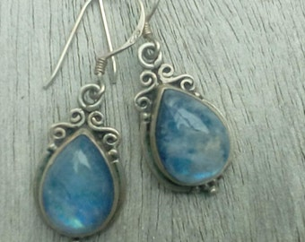 Earrings with moonstone