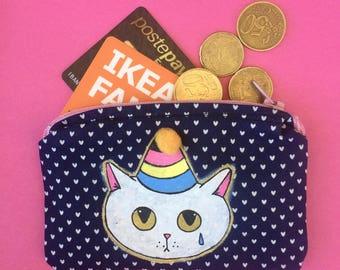 Porta monete Sad Kittens - dipinto e cucito a mano - gatto bianco con cappellino da festa e pon pon con stoffa blu - pezzo unico