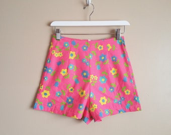 Vintage Repro High Waisted Shorts with Darts. Size XS. Hot Pink 70s Floral Daisy Fabric. 100% cotton. Cute! Summer Festival Wear.