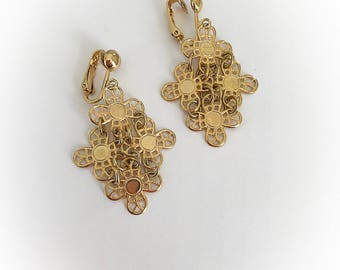 Vintage Sarah Coventry Daisy Chain Dangle Earrings Clip On Gold Tone Metal