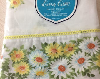 Never Used 1970's Vintage Pequot Easy Care Daisy Print Twin Flat Sheet In The Original Package ~ Yellow And White Daisies