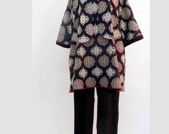 TUNIQUE longue  et ample en  coton noir imprimé de motifs rosaces , col rond et manches 3/4