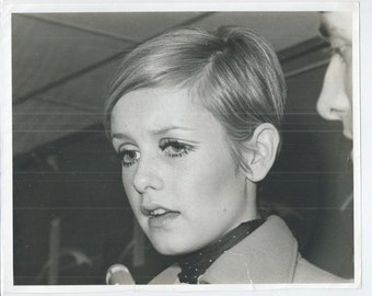 "1967 Twiggy United Press International 8 x 10"" Glossy Candid Black & White Photo September 1967 Original Print"