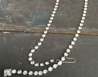 Single strand of sparkling rhinestones cool vintage necklace that could be clasped in the front
