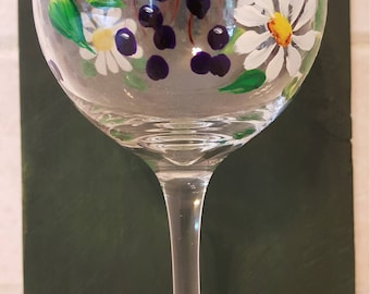 Daisies and Berries - Wine Glass