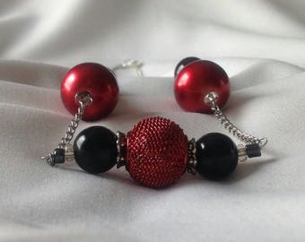 Red and black beaded chain necklace