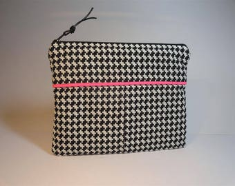 Kit flat clutch patterned geometric black and white and neon pink piping.