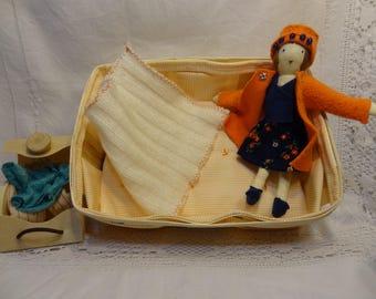 Petite poupée chiffon, lit poupée en cagette, poupée et vêtements, coffre à vêtements, poupée lit vêtement coffre.