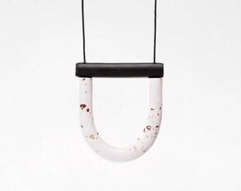 White pepper U / Black bar necklace