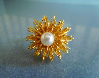 Vintage Gold Tone Wire Mesh Ring with Pearl-Like Center