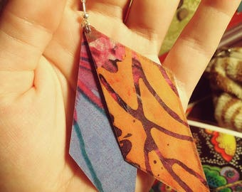 Light earrings made of laminated paper