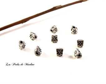 Set of 4 silver Metal beads form Triangle with flower Motifs - - 6x5mm - Refz634