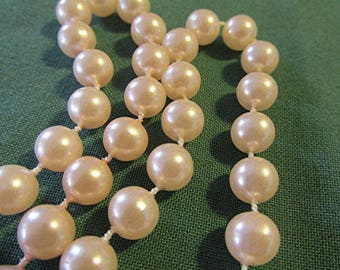 Faux pearl choker necklace vintage 80s costume jewelry.