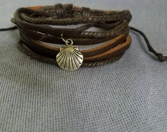 Multistrand Brown Leather Bracelet with Scallop Shell / Adjustable / Camino / Boho / Men and Women / Beach