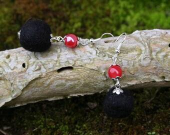 Boucles d'oreille d'hiver pompon de laine et perles de verre - Rouge et Noir