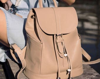 Leather backpack powder colour, backpack cacao colour, roomy leather backpack,stylish backpack with accessories, backpack with pockets