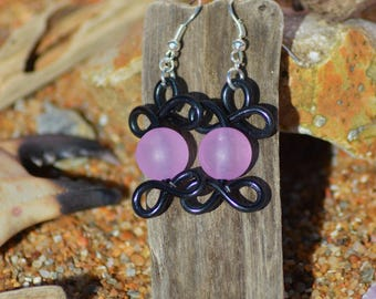 Earrings made of aluminum wire and bead black and pink