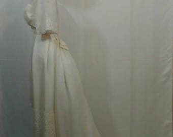 1960s wedding dress w/detachable bustle train. Wedding/Bride/White gown/extra small.
