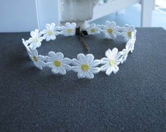daisy choker,flower choker, Delicate Daisy Flower Choker, daisy necklace, Yellow & White Boho 70s and 90s, hippy daisy trim ribbon lace