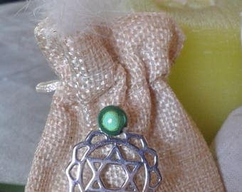 Pocket heart, his green fluorite and his amulet chakra medicine