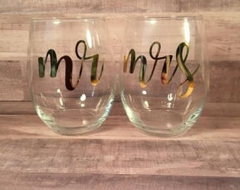 Mr and Mrs Wineglasses| Mr and Mrs Wineglass set| Mr and Mrs Foiled Wineglasses| Wineglass set| His and hers Wineglasses| Personalized Wine