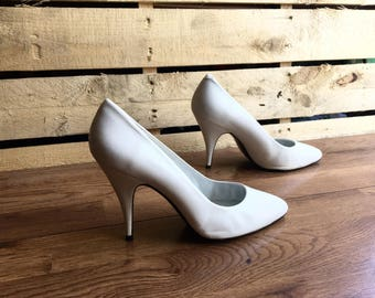 Vintage Timothy Hitsman White Heels Shoes Pumps Stilettos Shoes Size 9