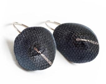 Earring in black porcelain