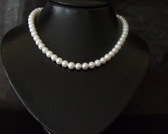 Chic and simple pearl necklace