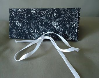 CASE HAS MATCHING FABRIC COVERED CARDBOARD GLASSES BLACK AND WHITE