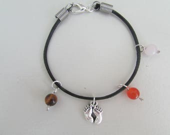 The cord with a charm bracelet little feet and its Pearl stones