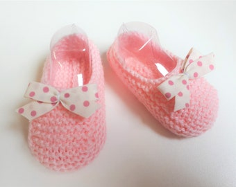 Little feet pink 0-3 months, accented with a white bow with pink dots
