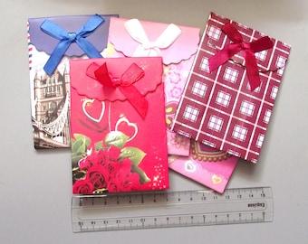 Set of 5 pouches gift carton 7.5 x 10.5 cm.