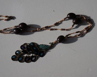 Necklace with coconut seeds and colorful