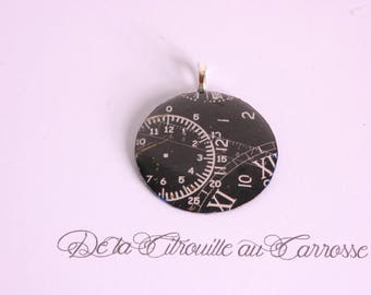 Clock pattern pendant, black and white