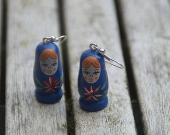 Blue Matriochkas earrings decorated with pink flowers