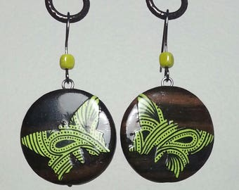 Dangle earrings round wood with applied paper pattern tie
