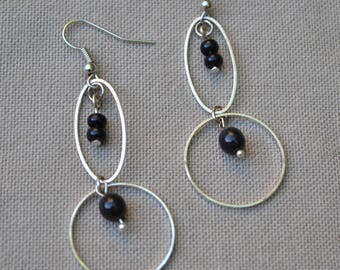 Earrings with black beads and rings of different sizes