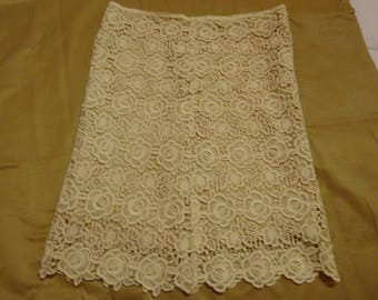 Ecru lace lined skirt size 42/44 buttons for closure in back