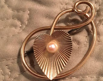 Vintage 1940s Gold Tone Ribbed Heart-Shaped Lily Pad with Faux Pearl and Curled Branches Brooch