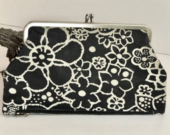 Vintage Daisy Floral Black and White Pattern 2 Pocket, Snap and Zipper Closure Purse