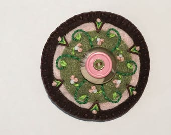 Felt Circle Brooch: Brown with Pink Buds