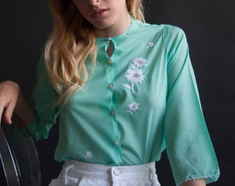 50s seagreen floral embroidered blouse / scallop hem blouse / floral shirt / s / 2523t / B18