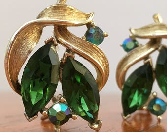 Vintage Emerald Green Lisner Clip On Earrings, Lisner costume jewelry, Lisner costume earrings, emerald earrings, gold and green clip on
