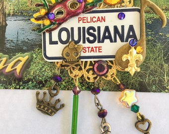 LOUISIANA  PiN -  The Pelican  State -  Mardi Gras Mask and  Music - BROOCH