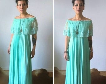 ON SALE 1970s Light Soft Beautiful Pistachio Green Lace Long Nightgown Large